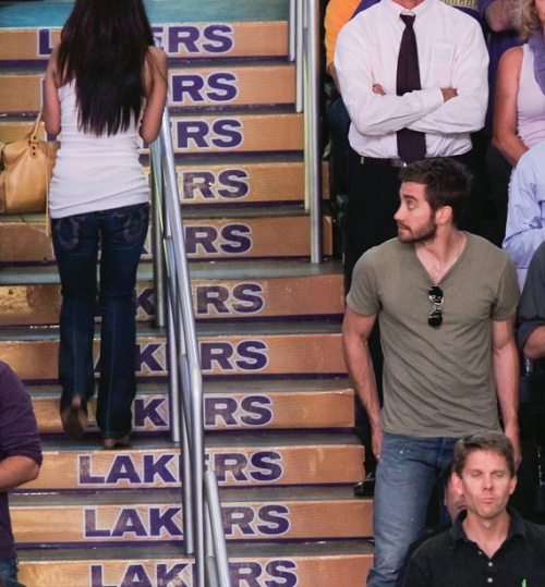 Jake Cyllenhaal checks out booty at lakers game, celebrities, booty, butt lift